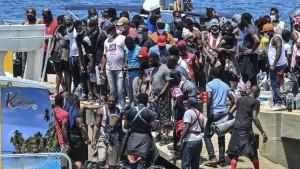 Migrantes varados de Cuba, Haití y África cerca de la frontera con Panamá, Colombia
